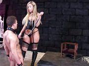 Госпожа в кожаном корсете - порно видео блондинки с большой попой