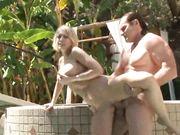 Парочка занимается сексом возле бассейна