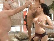 Порно видео брюнетки с большими силиконовыми сиськами и четырех мужчин