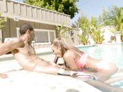 Две красотки делают минет прямо в бассейне
