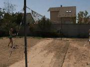 Две девушки на теннисном корте