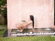 Брюнетка с большими сиськами с вибратором под водопадом