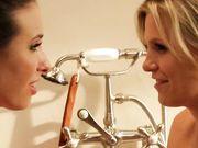 Блондинка и брюнетка ласкают друг дружку в ванне