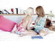 Молодые лесбиянки ласкаются в спальне