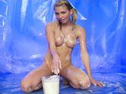 Блондинка в молоке мастурбирует