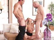 Блондинка трахается с двумя мужчиннами