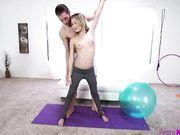 Парочка занимается сексом на мяче для пилатеса