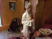 Блондинка кончает от секс машины
