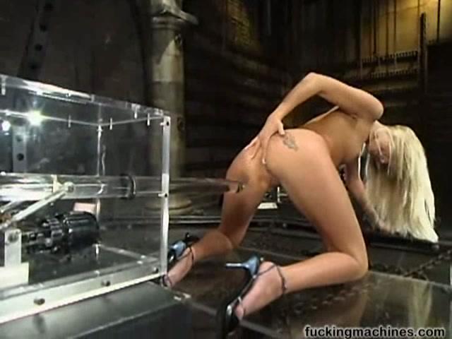 Аналльный секс с секс машиной