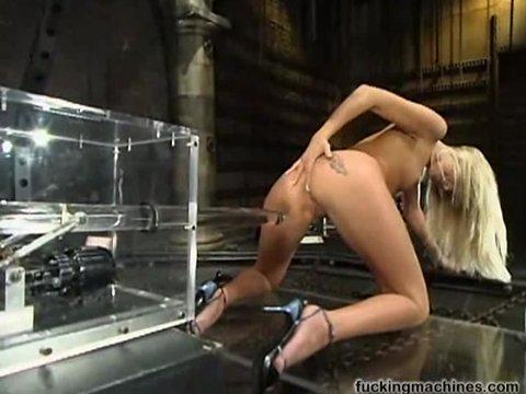 Блондинка получает удовольствие от секс машины