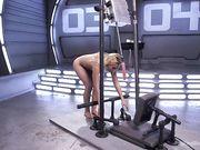 Блондинка кончает сквиртом с секс машиной
