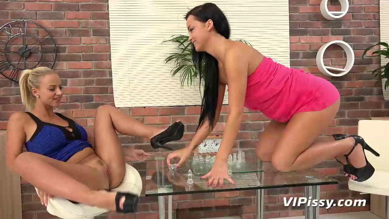 porno-video-devchonki-probuyut-zolotoy-dozhd-parni-v-trusah-bani