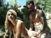 Парень в татуировках трахает блондинку на улице