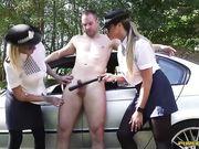 Две женщины полицейские мастурбируют член водителю