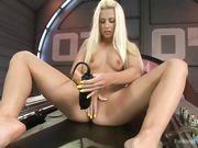 Блондинку с вибратором трахает секс машина