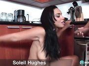 Смуглянка с большой попой занимается сексом на кухне