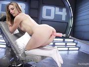 Девушка с красивой попой кончает сквиртом от секс машины
