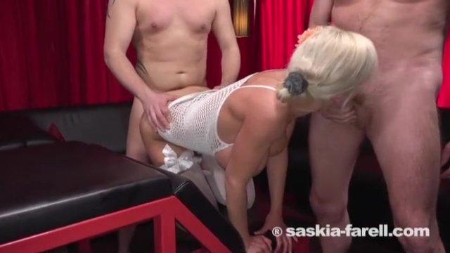 Две блондинки участвуют в оргии