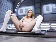 Блондинка с большим силиконовым членом - мокрая киска
