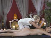 Блондинка делает интимный массаж красивой брюнетке