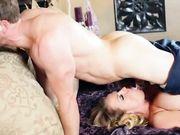Блондинка с большими натуральными сиськами занимается сексом