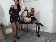 Две женщины трахают мужика в анал и делают фистинг