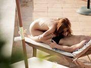 Красивый секс с рыжей девушкой возле бассейна