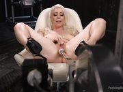 Горячая блондинка с секс машиной получает оргазм