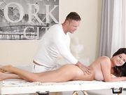 Красивая брюнетка с большой грудью секс с массажистом