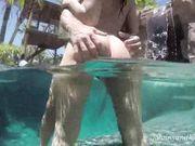Красивый секс в воде с блондинкой и брюнеткой