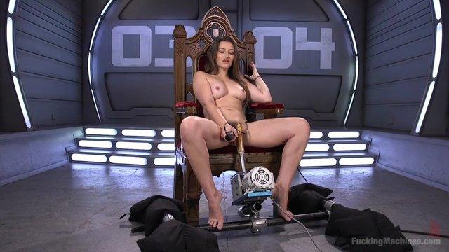 Девушка испытывает оргазм от секс машины #3