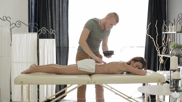 Мужчина делает эротический массаж девушке порно