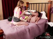 Ласки двух молодых лесбиянок на кровати