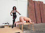 Женщина трахает мужика страпоном и дрелью сверлит анал