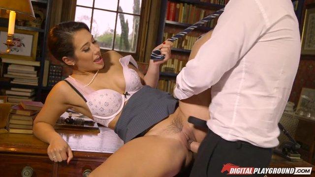 Порно онлайн в библиотеке с брюнеткой