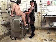 Женщина засовывает в член металлический стержень и точилку для ножей