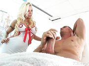 Супер сексуальная медсестра делает минет