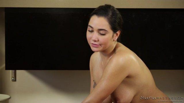 Видео брюнетка сделала массаж