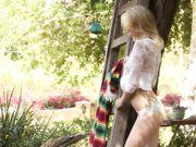 Сексуальная блондинка разделась в саду