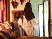 Девушка ласкает прекрасное тело перед зеркалом