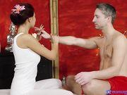 Восточная красавица делает эротический массаж