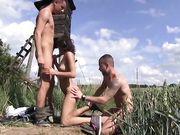 Девушка занимается сексом с двумя парнями в поле