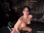 Брюнетка насаживает свою мокрую киску на секс машину