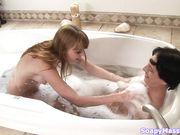 Мужчина и женщина голые в ванне с пеной