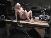 Девушка испытывает секс машину в мастерской