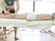 Секс брюнетки с массажистом