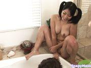 Азиатка делает минет в ванне с пеной