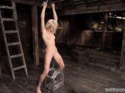 Блондинка с пирсингом развлекается с секс машиной