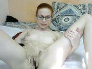 Девушка в очках мастурбирует перед камерой