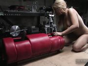 Блондинка испытывает секс машины в мастерской